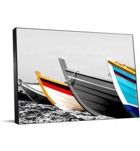 Tableau Barques de pêcheurs colorées noir et blanc